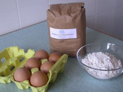 Eier, Hartweizengrieß, etwas Mehl.