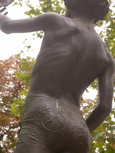 Jardin du Luxembourg: Der hat ja nackte Männer auf der Hose ...