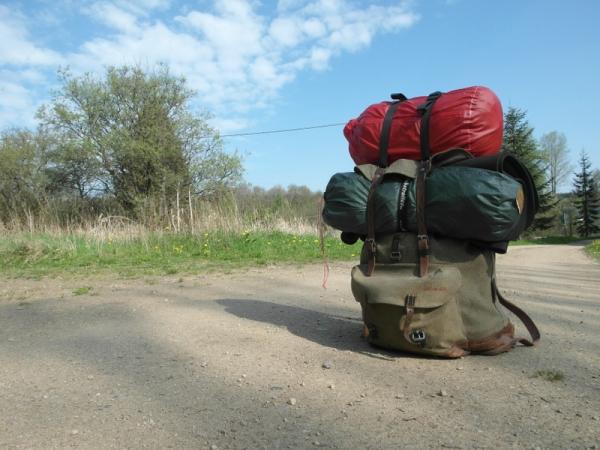 Rucksack auf Wanderweg