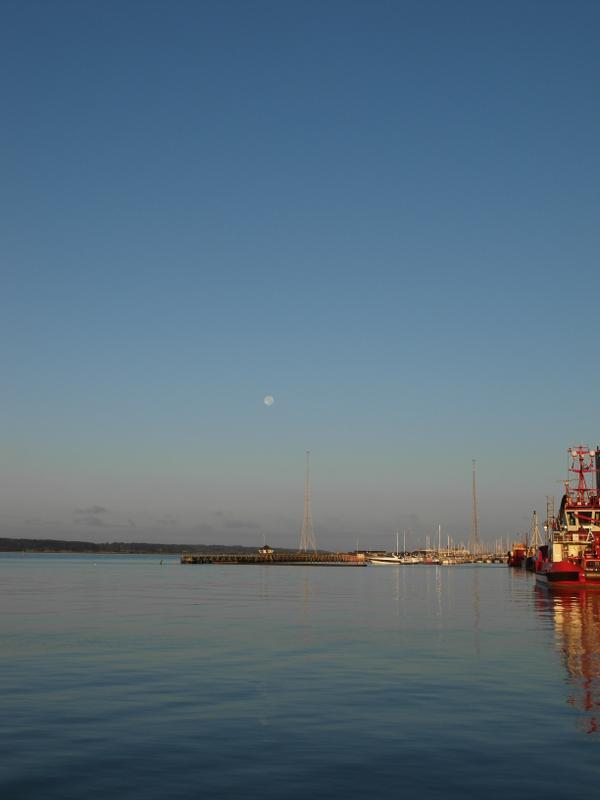 Untergehender Mond überm Hafen.